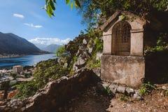 Kamienna świątynia na Kotor fortecy ścieżce Obrazy Stock