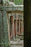 Kamienna świątynna kolumnada obramiająca kręconym łukiem zdjęcie royalty free