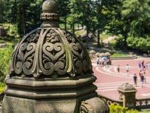 Kamienna architektoniczna cecha w parku zdjęcie stock