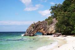 Kamienna brama na plaży z niebieskim niebem zdjęcia royalty free