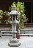Kamienna buddyjska lampa w japończyka ogródzie obrazy royalty free