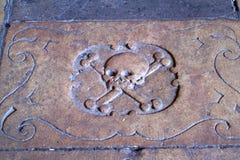Kamienna cegiełka z czaszką i kościami zdjęcie royalty free