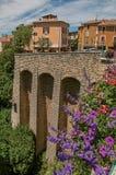 Kamienna ściana i domy z kwiatami w Moustiers-Sainte-Marie Zdjęcie Royalty Free
