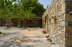 Kamienna fasada z drzewami Fotografia Royalty Free