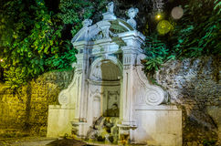 Kamienna fontanny Prigione jesieni noc w Rzym, Włochy Zdjęcie Royalty Free