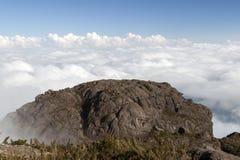 Kamienna góry skały twarz nad morze chmury obrazy royalty free