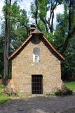 Kamienna kaplica przy historycznym drewnianym kościół Nasz dama Częstochowski w Zakopane fotografia stock