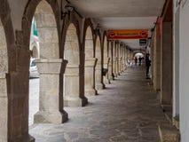 Kamienna kolumnada Rua De Compostela, Portomarin na głównej ulicie, -, Galicia, Hiszpania zdjęcia royalty free