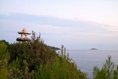 Kamienna latarniowa sylwetka przy zmierzchem na morzu Zdjęcie Royalty Free