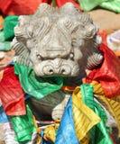 Kamienna lew postać z tradycyjną buddyjską modlitwą zaznacza Obrazy Stock