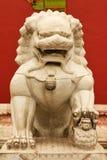Kamienna lwica chroni wejście wewnętrzny pałac Niedozwolony miasto Pekin fotografia stock
