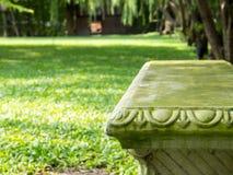 Kamienna Ogrodowa ławka na Parkowym tle Zdjęcie Royalty Free