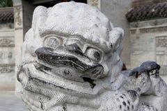 Kamienna opiekunu lwa statua na terytorium Gigantycznej Dzikiej Gęsiej pagodzie Fotografia Stock