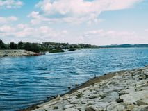 Kamienna plaża jeziorem obraz royalty free