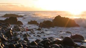Kamienna plaża przy świtem zbiory