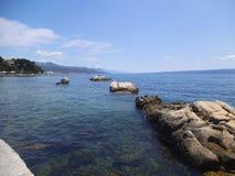Kamienna plaża w rozłamu na letnim dniu zdjęcia stock