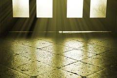 Kamienna podłoga i drewniany drzwi z niektóre lekkimi promieniami Tajemnicy tło Zdjęcie Stock