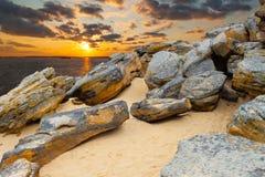 Kamienna pustynia na brzegowym jeziorze na zmierzchu tle Obraz Stock
