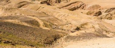 Kamienna pustynia w Jordania, wrogi krajobraz obok królewiątko autostrady przed wadim Mujib, głęboko ciący w krajobraz zdjęcia stock