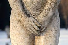 Kamienna rzeźba, żeńskie genitalie zakrywać z rękami, zbliżenie fotografia royalty free