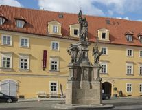 Kamienna rzeźba przed Starymi Królewskimi poczt mieszkaniami, Mala Strana, Praga, republika czech zdjęcia stock