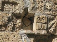 Kamienna sowa w starej ścianie w Pitigliano Włochy Zdjęcia Royalty Free