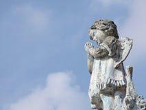 Kamienna statua anioł z skrzydłami troszkę, ono modli się zdjęcia royalty free