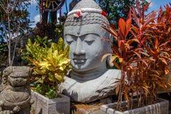 Kamienna statua Buddha głowa z girlandą w kolorach indonezyjczyk flaga dla Indonezja dnia niepodległości, Bali, Indonezja obrazy royalty free