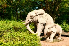 Kamienna statua dwa chodzącego słonia w Nanshan parku Sanya, Hainan zdjęcie stock