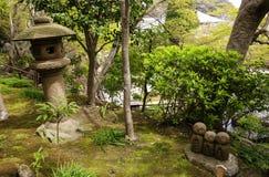 Kamienna statua trzy ono u?miecha si? Jizo Nagomi Jizo, Hasedera ?wi?tynia, Kamakura, Japonia zdjęcia stock