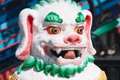 Kamienna statua zakrywająca z jaskrawymi kolorami shishi lew Zdjęcia Royalty Free
