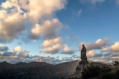 Kamienna statuy pozycja na skale w górach Corsica obraz royalty free