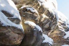 Kamienna tekstura w śniegu i lodzie Góry ściana Rockowa tekstura Zdjęcia Royalty Free