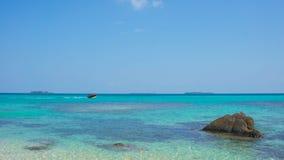 Kamienna woda na plaży z bardzo jasnym i błękitnym niebem na karimun jawy wyspie fotografia stock