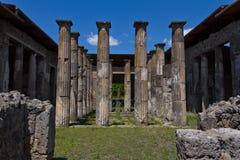 Kamienne kolumny w głównym podwórzu dom w Pompeii zdjęcia stock