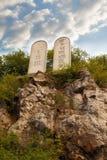 Kamienne pastylki na skalistym wzgórzu z rzeźbiący 10 przykazań zdjęcia royalty free