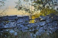 Kamiennej ściany jesieni krajobrazu tło Zdjęcia Stock