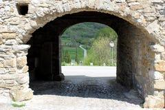 Kamiennej ściany otwarcie z drogą w tle obrazy stock