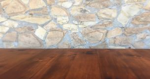 Kamiennej ściany tło i będący ubranym stary dębowy stół drewno Brown drewniany stół obraz stock