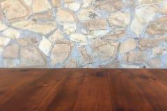 Kamiennej ściany tło i będący ubranym stary dębowy stół drewno Brown drewniany stół obrazy royalty free