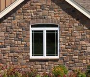 kamiennej ściany domu przez okno Zdjęcia Royalty Free