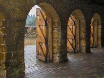 Kamienni archways z drewnianymi drzwiami obrazy stock