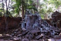 Kamienni bloki zawalony antyczny budynek Zaniechani Khmer budynki w lesie ruiny antyczne cywilizacje fotografia stock
