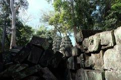 Kamienni bloki zawalony antyczny budynek Zaniechani Khmer budynki w lesie ruiny antyczne cywilizacje obrazy stock