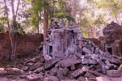 Kamienni bloki zawalony antyczny budynek Zaniechani Khmer budynki w lesie ruiny antyczne cywilizacje zdjęcia stock