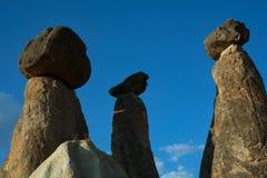 Kamienni filary z odgórnymi kapeluszami zdjęcie stock