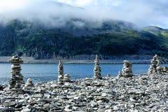 Kamienni kopowie na wybrzeżu rzeka, Norwegia obrazy stock