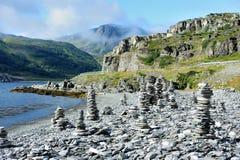 Kamienni kopowie na wybrzeżu rzeka, Norwegia fotografia stock