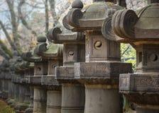 Kamienni lampiony Toshogu świątynia przy Ueno parkiem w Tokio Obrazy Stock