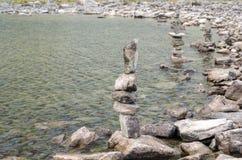 Kamienni opiekuny zielonym jeziorem w Parang fotografia royalty free
